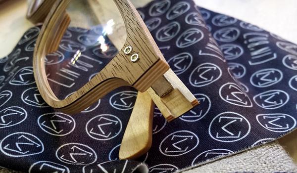 Abandonnez vos préjugés. Ingénieurs bois, nous avons travaillé sur l'orientation des fibres, le choix de la colle et du vernis pour concevoir une monture durable et résistante.